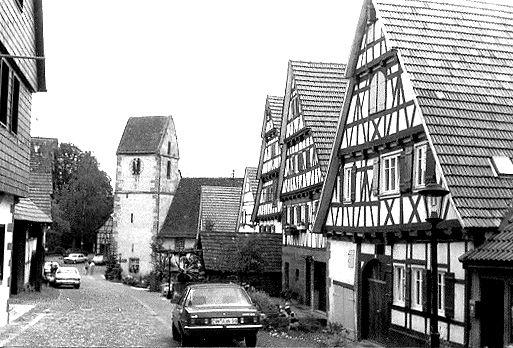 Zavelstein mit der Georgskirche, Fotografie von Alexander Buschorn (1977), CC BY-SA